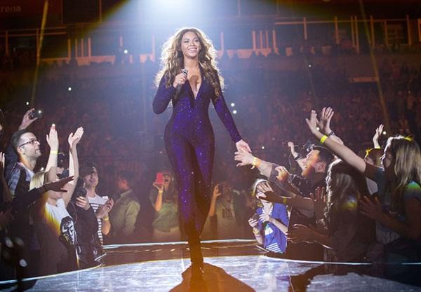 Beyoncé bị fan nam vỗ mông trên sân khấu 4
