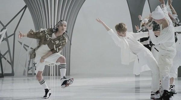 """Những hình ảnh khó quên của EXO trong MV """"Wolf"""" 17"""
