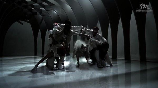 """Những hình ảnh khó quên của EXO trong MV """"Wolf"""" 29"""