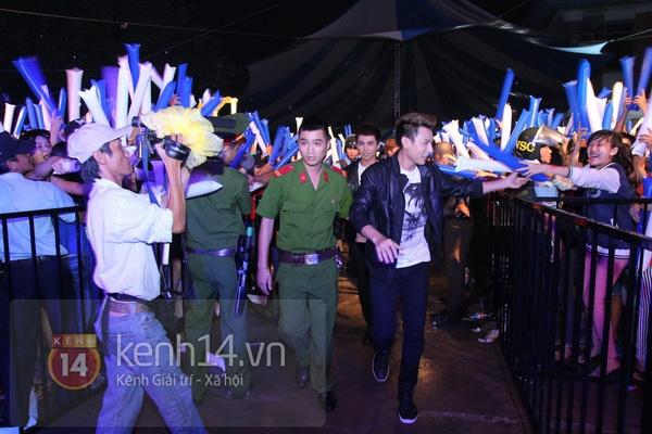 Tiêu Châu Như Quỳnh bật khóc khi nhìn fan đội mưa lớn đứng chờ 8