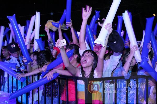 Tiêu Châu Như Quỳnh bật khóc khi nhìn fan đội mưa lớn đứng chờ 5