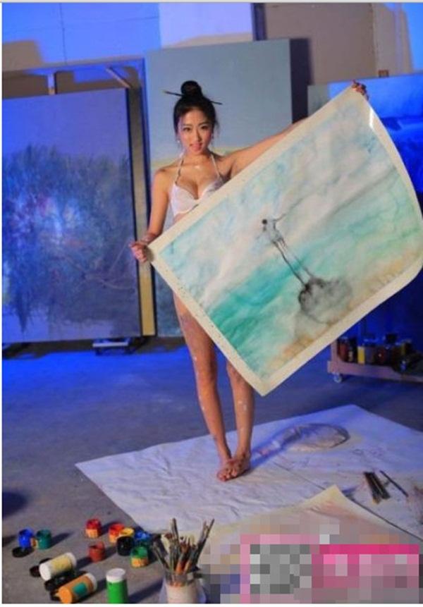 Trung Quốc : Nữ họa sĩ khỏa thân, dùng ngực vẽ tranh 12