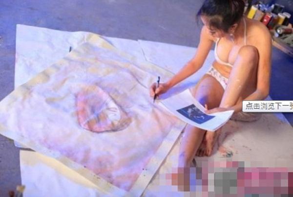 Trung Quốc : Nữ họa sĩ khỏa thân, dùng ngực vẽ tranh 10