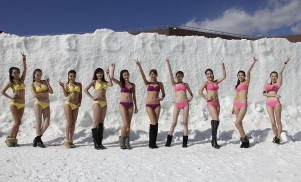 Trung Quốc: Người đẹp bikini trượt băng giữa trời băng tuyết 1