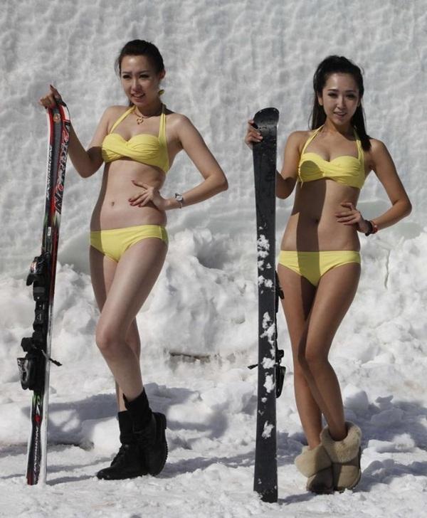 Trung Quốc: Người đẹp bikini trượt băng giữa trời băng tuyết 3