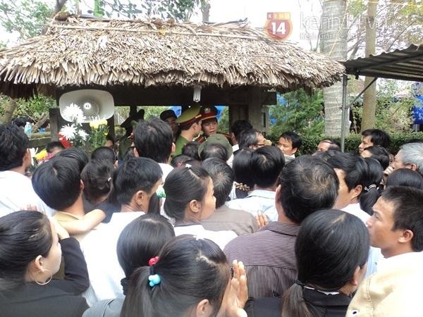 Hết giờ Lễ viếng Quốc tang, nhiều người dân vẫn xếp hàng vào viếng Đại tướng 185