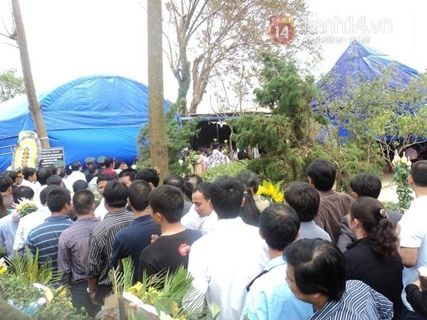 Hết giờ Lễ viếng Quốc tang, nhiều người dân vẫn xếp hàng vào viếng Đại tướng 186