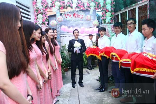 Đông Nhi - Ông Cao Thắng bưng tráp quả trong đám cưới NS Đằng Phương 13
