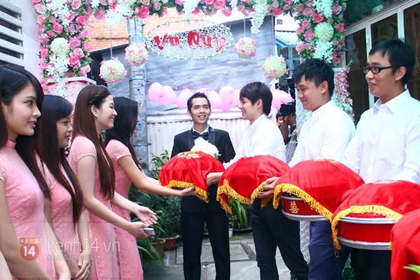 Đông Nhi - Ông Cao Thắng bưng tráp quả trong đám cưới NS Đằng Phương 14