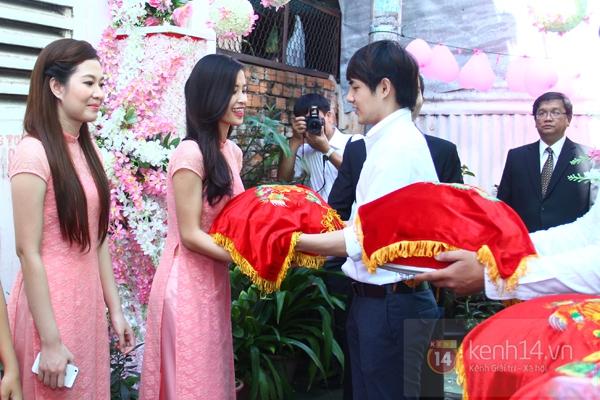 Đông Nhi - Ông Cao Thắng bưng tráp quả trong đám cưới NS Đằng Phương 17