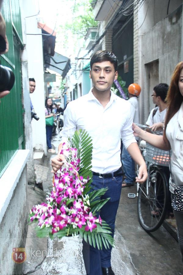 Các sao nghẹn ngào trong tang lễ toàn màu trắng của Wanbi Tuấn Anh 31