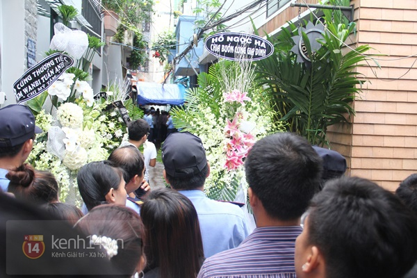 Mẹ và em gái Wanbi Tuấn Anh tiều tụy, suy sụp trong lễ tang 50