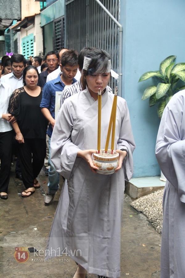 Mẹ và em gái Wanbi Tuấn Anh tiều tụy, suy sụp trong lễ tang 21