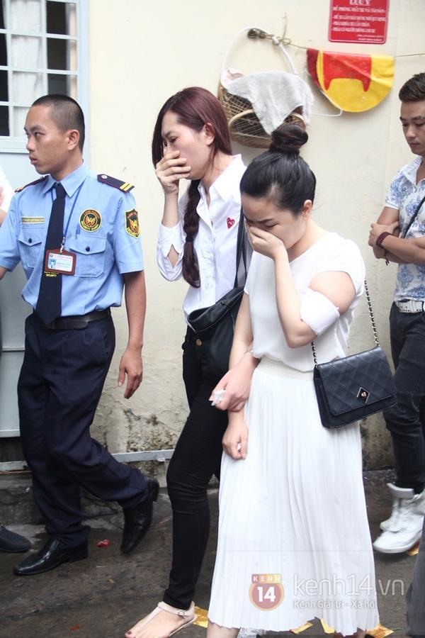 Mẹ và em gái Wanbi Tuấn Anh tiều tụy, suy sụp trong lễ tang 41
