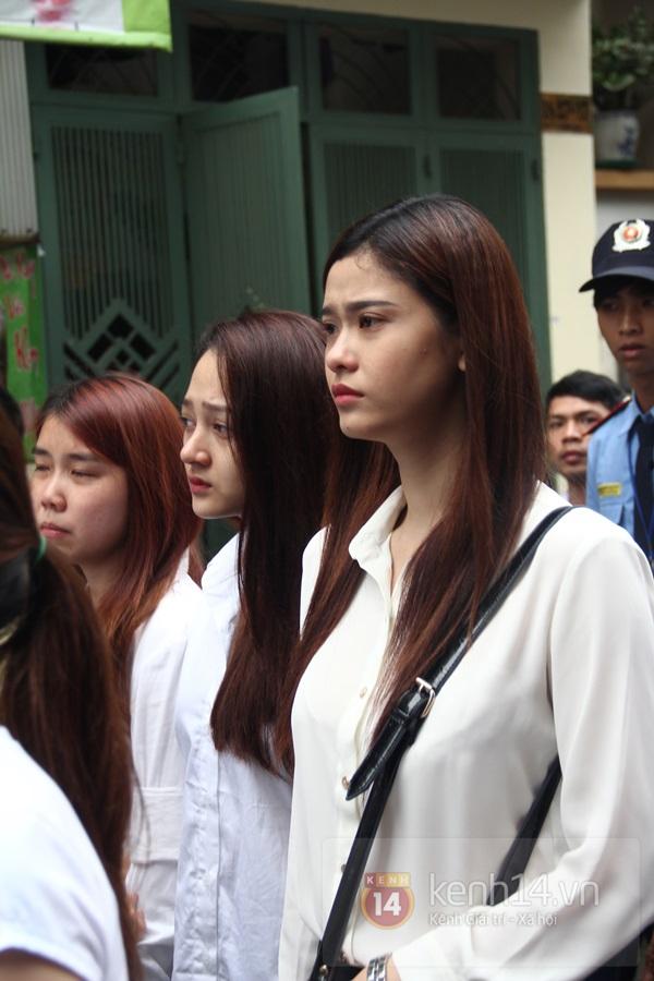 Mẹ và em gái Wanbi Tuấn Anh tiều tụy, suy sụp trong lễ tang 40