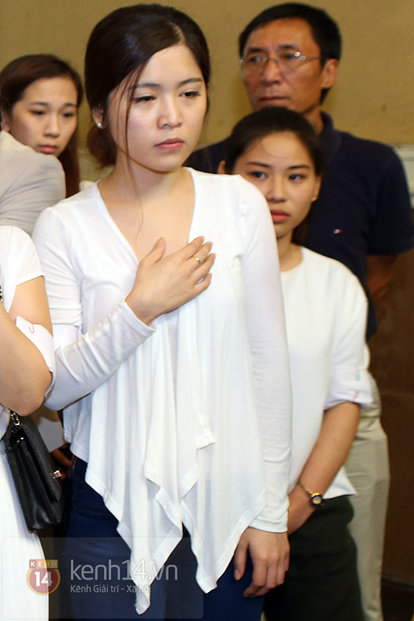 Mẹ và em gái Wanbi Tuấn Anh tiều tụy, suy sụp trong lễ tang 17