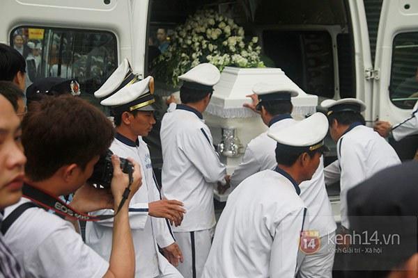 Mẹ và em gái Wanbi Tuấn Anh tiều tụy, suy sụp trong lễ tang 32