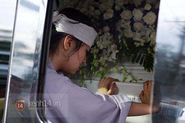 Mẹ và em gái Wanbi Tuấn Anh tiều tụy, suy sụp trong lễ tang 2