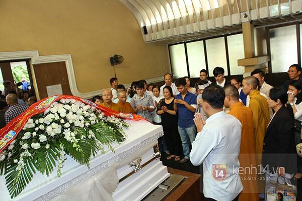 Mẹ và em gái Wanbi Tuấn Anh tiều tụy, suy sụp trong lễ tang 10