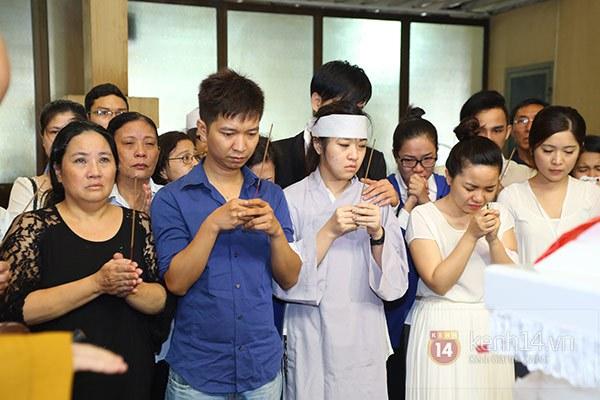 Mẹ và em gái Wanbi Tuấn Anh tiều tụy, suy sụp trong lễ tang 11