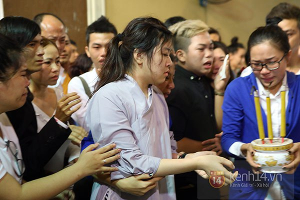 Mẹ và em gái Wanbi Tuấn Anh tiều tụy, suy sụp trong lễ tang 6