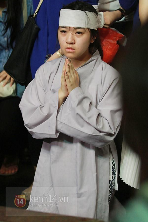 Mẹ và em gái Wanbi Tuấn Anh tiều tụy, suy sụp trong lễ tang 3