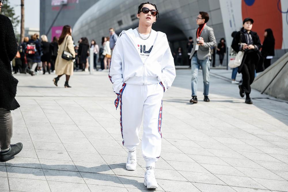 Seoul Fashion Week: Sơn Tùng để tóc tết Hip hop, diện đồ thể thao trắng muốt và được chụp ảnh lia lịa - Ảnh 7.