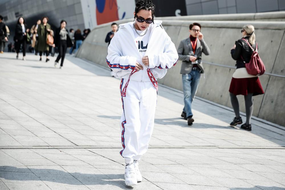 Seoul Fashion Week: Sơn Tùng để tóc tết Hip hop, diện đồ thể thao trắng muốt và được chụp ảnh lia lịa - Ảnh 4.