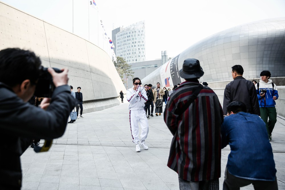 Seoul Fashion Week: Sơn Tùng để tóc tết Hip hop, diện đồ thể thao trắng muốt và được chụp ảnh lia lịa - Ảnh 13.
