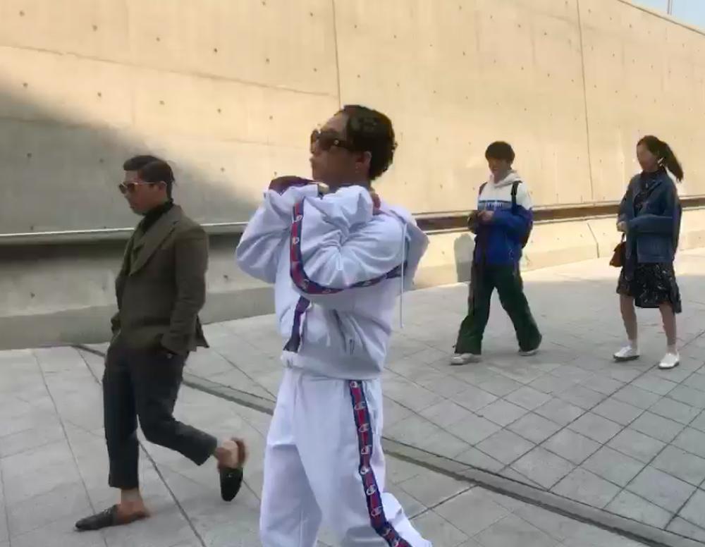 Seoul Fashion Week: Sơn Tùng để tóc tết Hip hop, diện đồ thể thao trắng muốt và được chụp ảnh lia lịa - Ảnh 11.