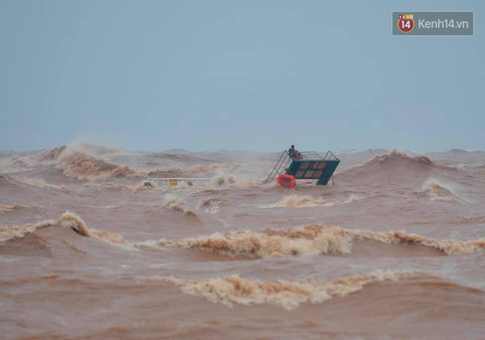 Nghẹt thở giải cứu thuyền viên kiệt sức, đeo bám trên tàu đang chìm dần tại bãi biển Cửa Việt - Ảnh 1.