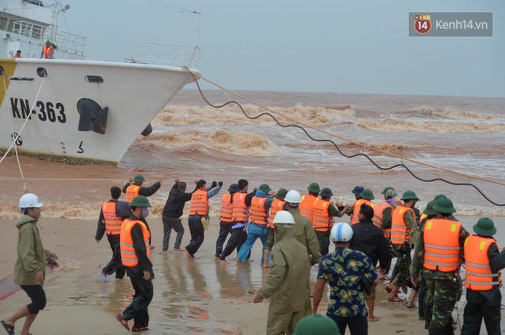 Nghẹt thở giải cứu thuyền viên kiệt sức, đeo bám trên tàu đang chìm dần tại bãi biển Cửa Việt - Ảnh 2.