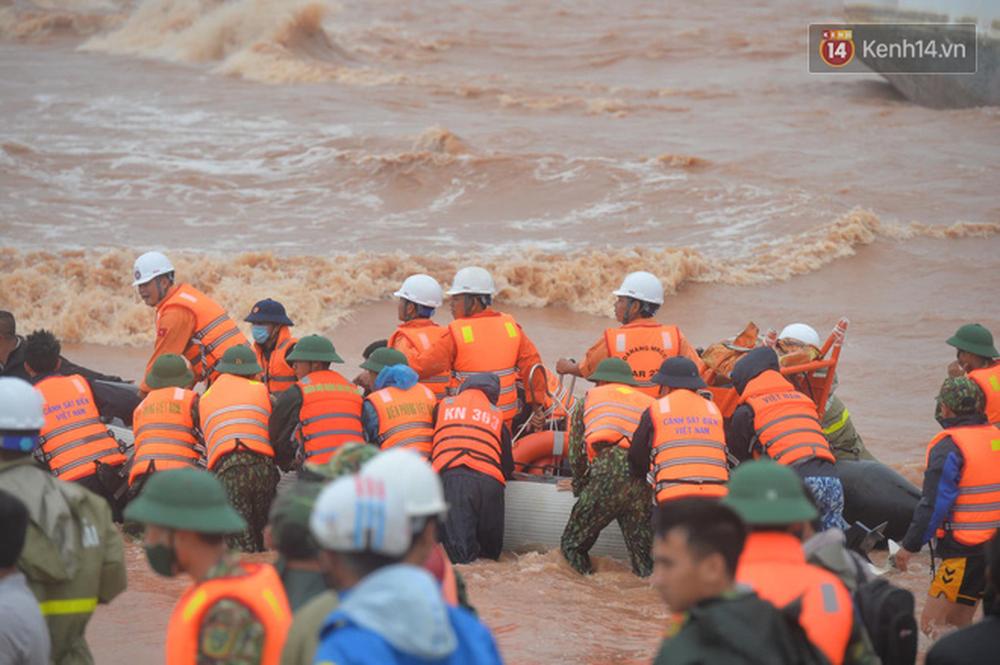 Nghẹt thở giải cứu thuyền viên kiệt sức, đeo bám trên tàu đang chìm dần tại bãi biển Cửa Việt - Ảnh 3.