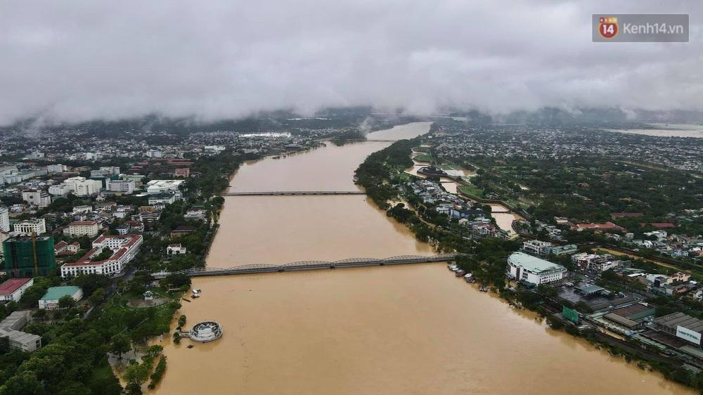 Chùm ảnh flycam: Trung tâm thành phố Huế ngập nặng do mưa lũ kéo dài, nước tiến sát mép cầu Trường Tiền - Ảnh 10.