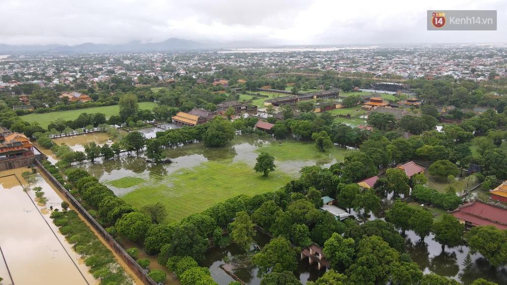 Chùm ảnh flycam: Trung tâm thành phố Huế ngập nặng do mưa lũ kéo dài, nước tiến sát mép cầu Trường Tiền - Ảnh 2.