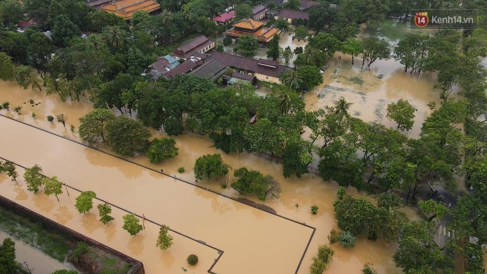 Chùm ảnh flycam: Trung tâm thành phố Huế ngập nặng do mưa lũ kéo dài, nước tiến sát mép cầu Trường Tiền - Ảnh 4.