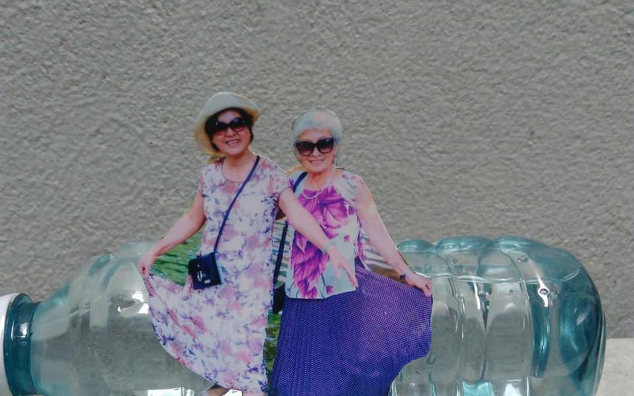 """Khi bà ngoại cũng """"sống ảo"""": Hết ảnh mới, bà tự cắt ghép hình rồi chụp lại theo concept đăng Facebook"""