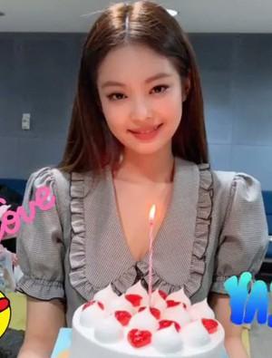 """Nhìn Jennie diện """"váy đôi"""" với Nayeon (Twice) trong cùng 1 ngày, fan Black Pink lại không biết nên vui hay buồn"""