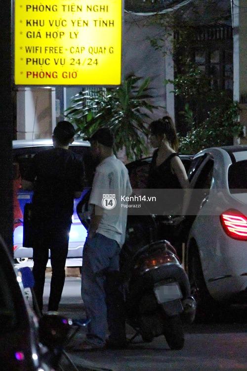Sau sự kiện, Trấn Thành - Hari Won đi ăn đêm ở quán lề đường cùng bạn đến nửa đêm - Ảnh 2.