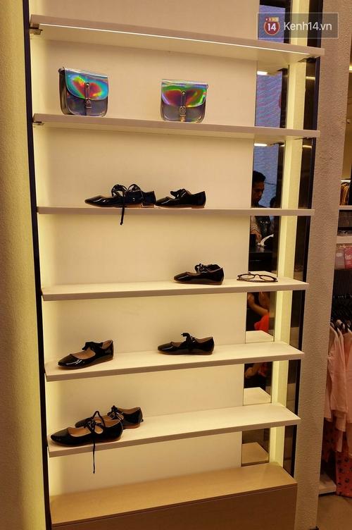 Gần đến giờ đóng cửa, store Zara Việt Nam vẫn đông nghịt, từng hàng dài chờ thanh toán hóa đơn cả chục triệu - Ảnh 20.