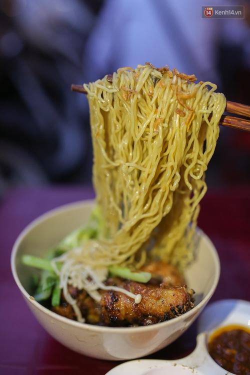 Mì bay - chứ không phải là Mì cay nhé - mới là món ăn hot nhất Sài Gòn bây giờ - Ảnh 7.