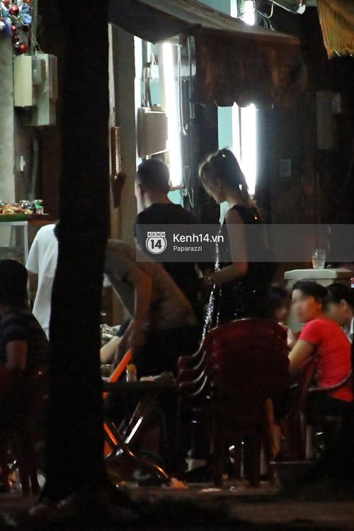 Sau sự kiện, Trấn Thành - Hari Won đi ăn đêm ở quán lề đường cùng bạn đến nửa đêm - Ảnh 7.