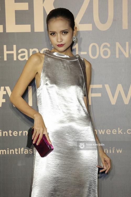 Vietnam International Fashion Week ngày cuối: Midu vẫn giữ style nữ tính trên thảm đỏ cùng dàn Hoa hậu, Á hậu - Ảnh 15.