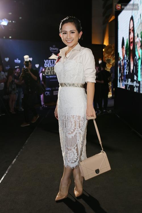 Mỹ nhân Việt khoe eo, đọ vẻ gợi cảm trên thảm đỏ ngày đầu Vietnam Designer Fashion Week - Ảnh 16.