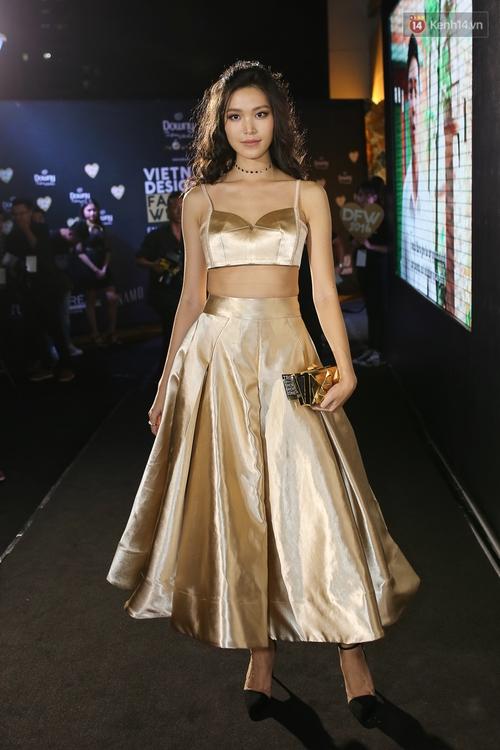Mỹ nhân Việt khoe eo, đọ vẻ gợi cảm trên thảm đỏ ngày đầu Vietnam Designer Fashion Week - Ảnh 1.