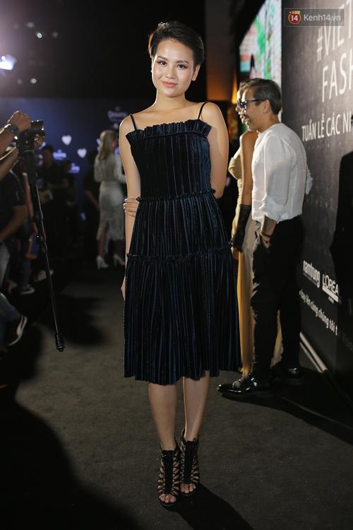 Mỹ nhân Việt khoe eo, đọ vẻ gợi cảm trên thảm đỏ ngày đầu Vietnam Designer Fashion Week - Ảnh 9.