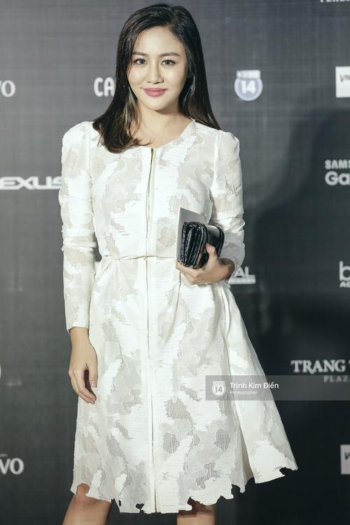 Vietnam International Fashion Week ngày cuối: Midu vẫn giữ style nữ tính trên thảm đỏ cùng dàn Hoa hậu, Á hậu - Ảnh 13.