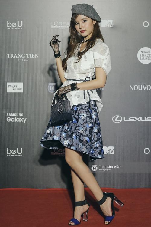 Vietnam International Fashion Week ngày cuối: Midu vẫn giữ style nữ tính trên thảm đỏ cùng dàn Hoa hậu, Á hậu - Ảnh 1.
