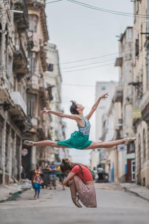 Chùm ảnh đẹp mê hồn về những nghệ sĩ múa ballet trên đường phố Cuba - Ảnh 2.