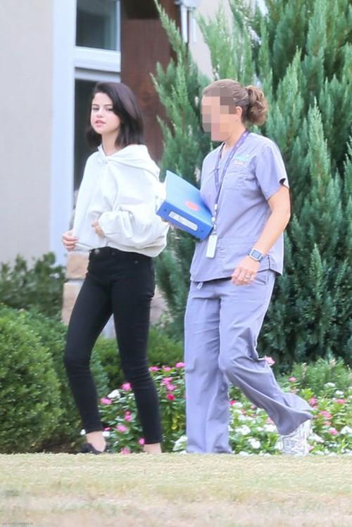 Selena Gomez bị bắt gặp hút thuốc phì phèo bên ngoài trung tâm cai nghiện - Ảnh 5.